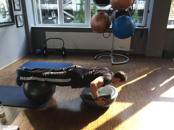 Pascal Moll macht eine Liegestütze in einem Fitnessraum