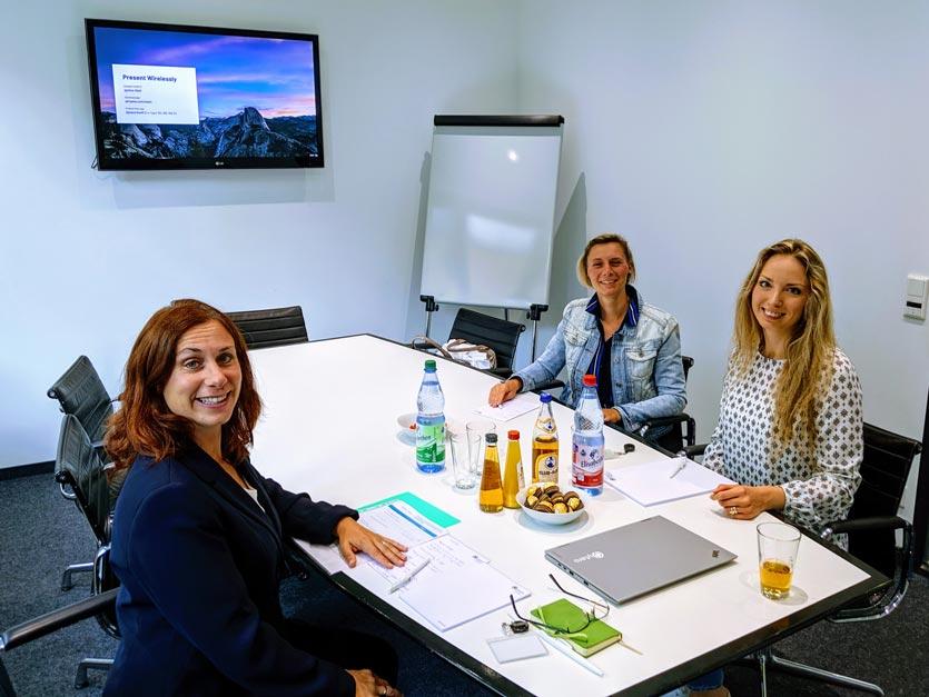 Zwei Qytera Mitarbeiter am Tisch in Frankfurt am Main
